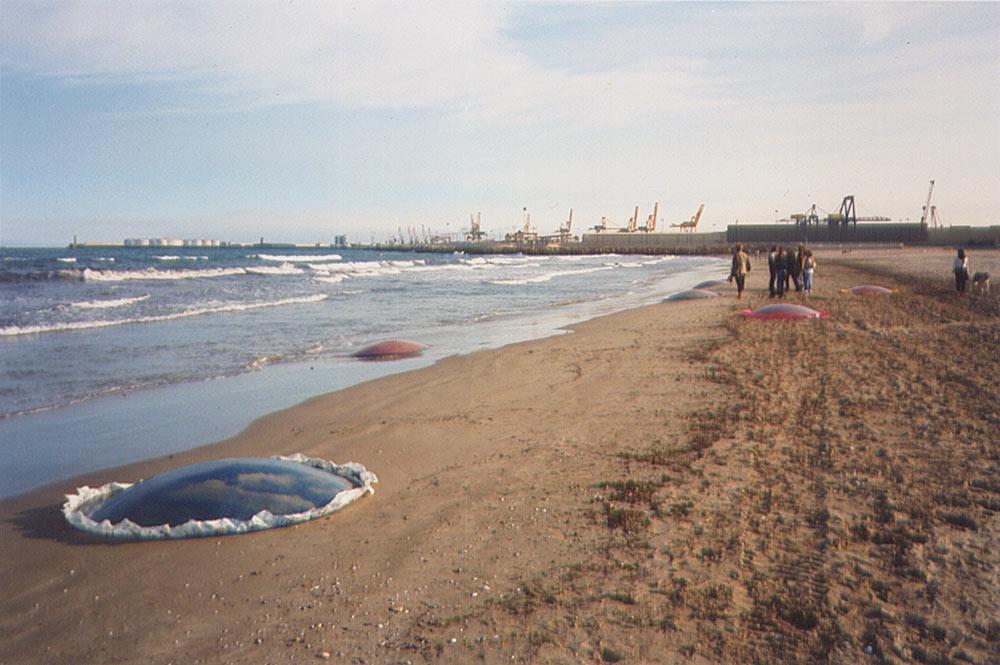 Medusea 1996. poliester, 13 piezas de 2 metros de diámetro.